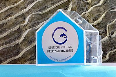 Das elegante Meeresschutz-Spendenhaus ist vielseitig einsetzbar an Ladentheke, Empfang, Kantine oder bei einer Feier.