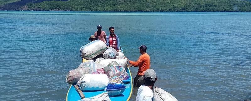 Ocean Cleanups – Indonesien: Das Müllsammelschiff holt sortierten und geschredderten Plastikmüll zum Weitertransport nach Surabaya ab.