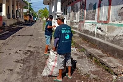 Straßenreinigung, Müllabfuhr in einem Dorf in Indonesien.