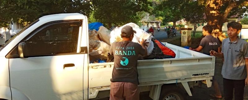 Gesammelter Müll wird auf einen PickUp-Truck geladen, Indonesien.