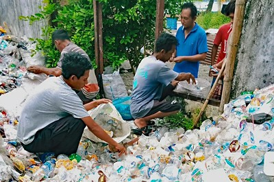 BandaSEA Müllsammler sortieren Plastikmüll.