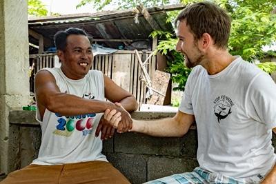 Julian Engel (rechts) führte im Rahmen seiner Forschungsarbeit zahlreiche Gespräche mit Einheimischen.