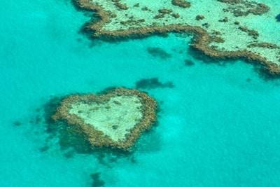 Luftaufnahme Korallenriff mit Herzform.