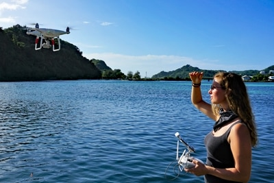 Pia Lewin mit DJI Phantom 4 Pro Drohne in Palau.
