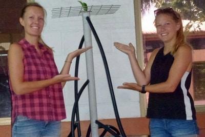 Theresa-Marie Fett und Hannah von Hammerstein mit einem fertigen Mangrovenimitat.