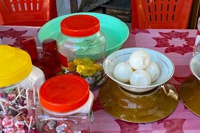 Eier von Lederschildkröten zum Verkauf auf einem Markt, Insel Simeulue, Westsumatra.