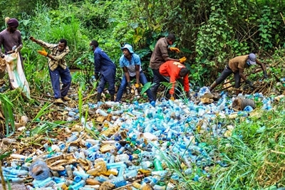 Sana Mare Social Cleanup am Ruaka River in Kenia.