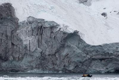 MPA Rossmeer in der Antarktis: Zodiac fährt an Eisbergkante vorbei.