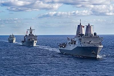 Drei Zerstörer Der US-Navy in Formation.