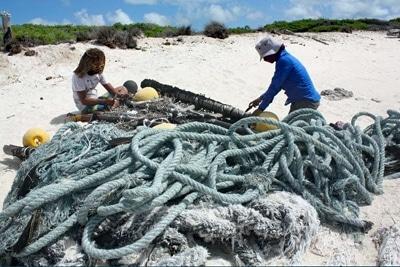 Ein auf den Seychellen gestrandeter Fischsammler wird demontiert.