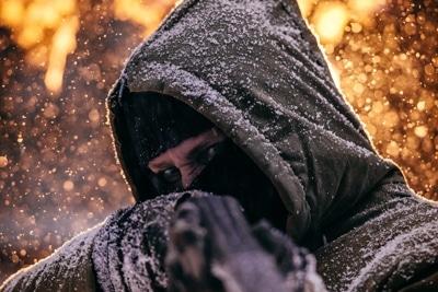 Mann hält ein Gewehr im Anschlag.