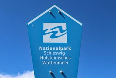 Schild Nationalpark Schleswig-Holsteinisches Wattenmeer.