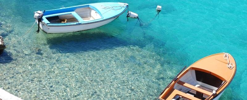 Zwei Ruderboote, festgemacht am Ufer.