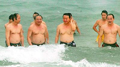 Vietanmesische Minister gehen baden. Der Bevölkerung wird suggeriert, dass sich die Wasserqualität schneller als erwartet verbessert hat. Quelle: Umweltministerium Vietnam.