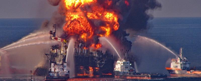Brennnende Ölplattform Deepwater Horizon im Golf von Mexiko.