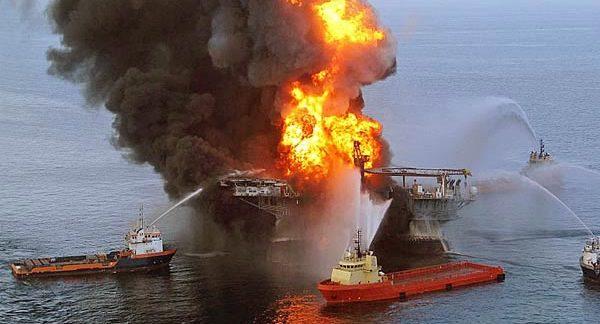 """Die brennende Ölplattform """"Deepwater Horizon"""" im Golf von Mexiko, 2010. Foto: US-Coast Guard"""
