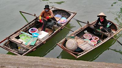 Vietnamesische Fischerfrauen auf ihren Kähnen.