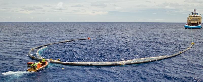 TheOceanCleanup_System001B auf dem Weg zum Great Pacific Garbage Patch.
