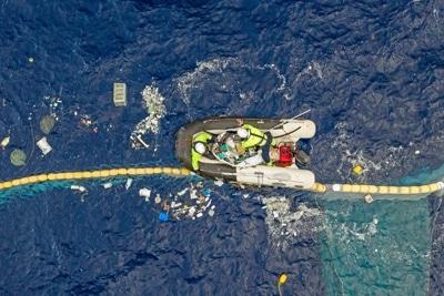 TheOceanCleanup System001B Crew untersucht Plastik.