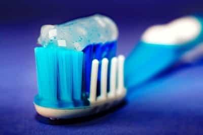 Zahnpasta auf Zahnbürsetnkopf.