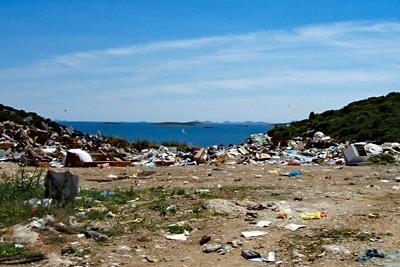 Offene Mülldepnie auf der Insel Pasman, Kroatien