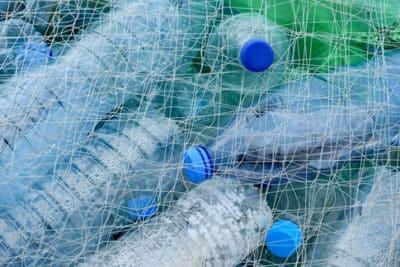 Plastikflaschen in einem Netz.