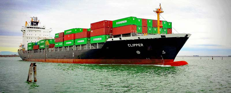 Voll beladener Containerfrachter in langsamer Fahrt.