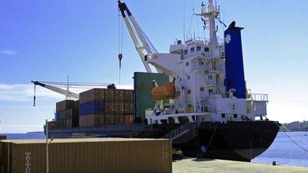 Containerschiff im Hafen von Honiara.